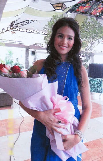 Versatile Actress Iza Calzado holding a bunch of flowers from Island Rose